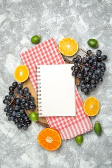 上面図白い背景のフルーツメロウ新鮮な熟したフェイジョアとオレンジと新鮮な黒ブドウ