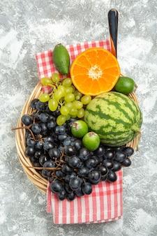 上面図新鮮な黒ブドウとオレンジとフェイジョアの白い表面フルーツまろやかで熟した新鮮な