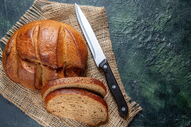 Pane fresco vista dall'alto sulla scrivania scura