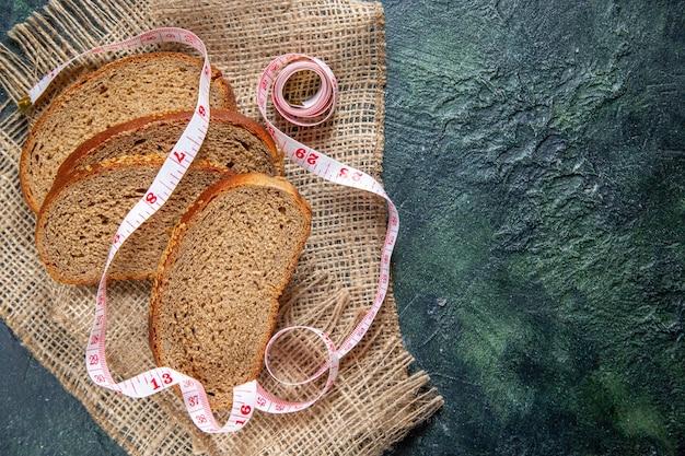 Pagnotte di pane fresco vista dall'alto sulla scrivania scura