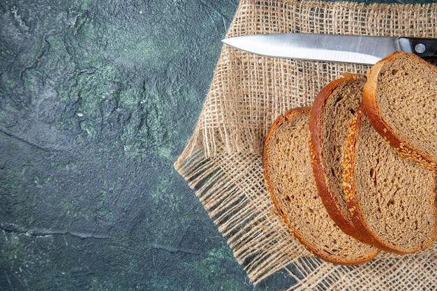 어두운 책상에 상위 뷰 신선한 빵 loafs