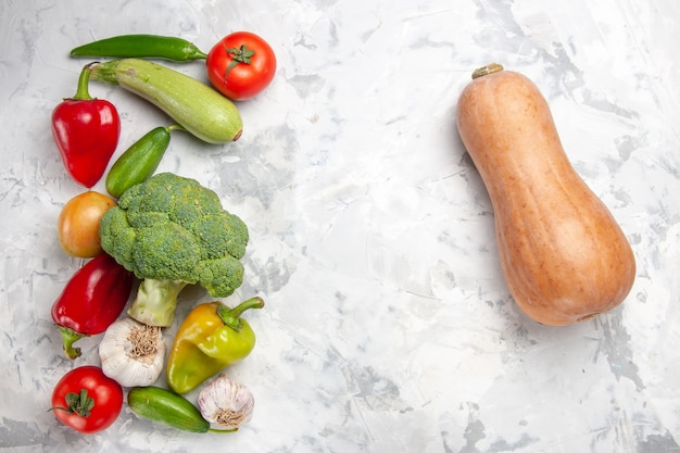흰색 바닥 건강 다이어트 샐러드 색상에 야채와 함께 상위 뷰 신선한 브로콜리
