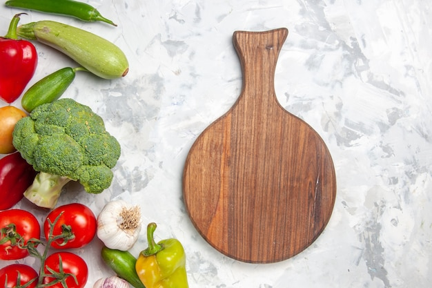 白いテーブルの上の野菜と新鮮なブロッコリーの上面図健康ダイエットサラダの色