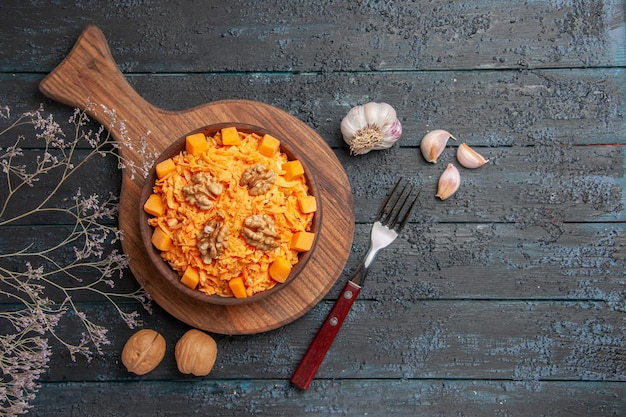 Vista dall'alto insalata di carote fresche grattugiate con noci su scrivania scura dieta insalata di noci di colore salute