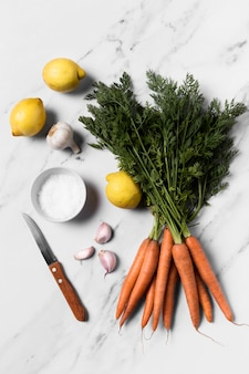 Вид сверху свежей моркови на мраморном столе