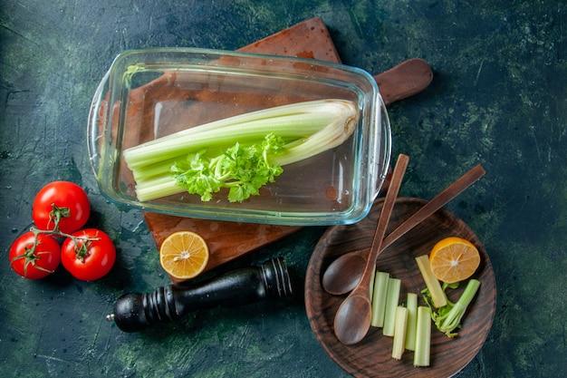 暗いテーブルの上のトマトと新鮮なセロリの上面図サラダダイエット食事カラー写真食品の健康