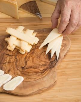Вид сверху свежий сыр на деревянной доске