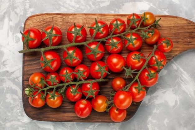 上面図白い表面に新鮮なチェリートマト熟した野菜