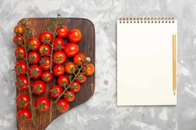 흰색 표면에 상위 뷰 신선한 체리 토마토 익은 전체 야채