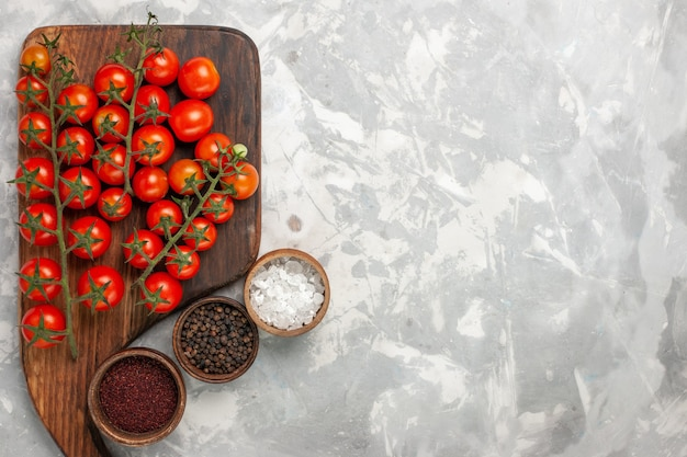 흰색 표면에 조미료와 상위 뷰 신선한 체리 토마토 익은 전체 야채