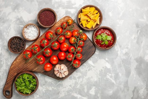 흰색 표면에 조미료와 채소와 상위 뷰 신선한 체리 토마토