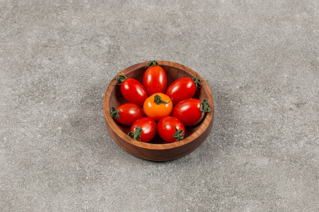 Vista dall'alto di pomodorini freschi nella ciotola di legno.