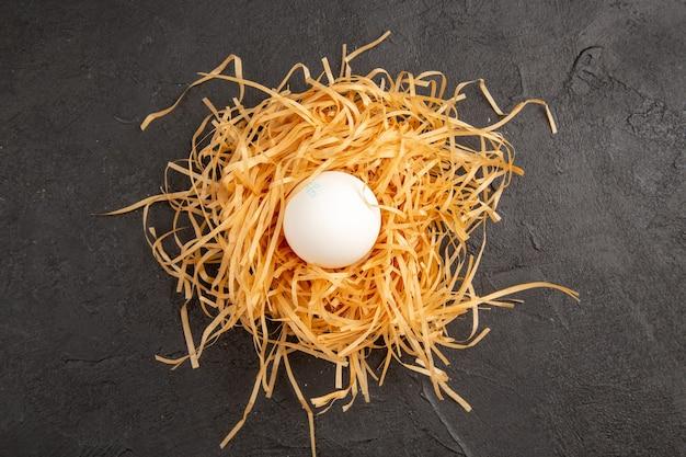 상위 뷰 어두운 배경에 신선한 닭고기 달걀 사진 음식 식사 아침 식사 동물 아침 차 색상 농장