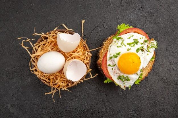 어두운 배경에 계란 샌드위치와 함께 상위 뷰 신선한 닭고기 달걀 사진 음식 식사 아침 식사 동물 차 색상 농장 아침