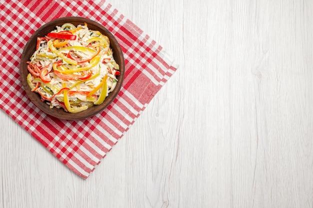 Insalata di pollo fresca vista dall'alto all'interno del piatto sul pasto di insalata fresca di carne snack da scrivania bianca