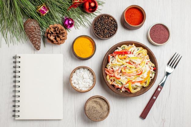 上面図白い机の上に調味料を入れたフレッシュチキンサラダスナック熟した食事肉フレッシュサラダ