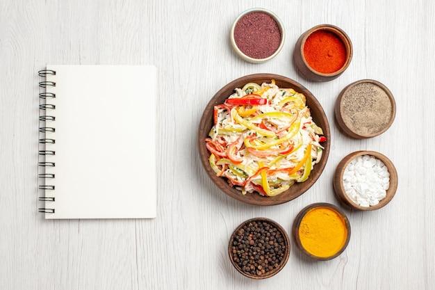 上面図白い机の上に調味料を入れたフレッシュチキンサラダスナックミールミートフレッシュサラダ