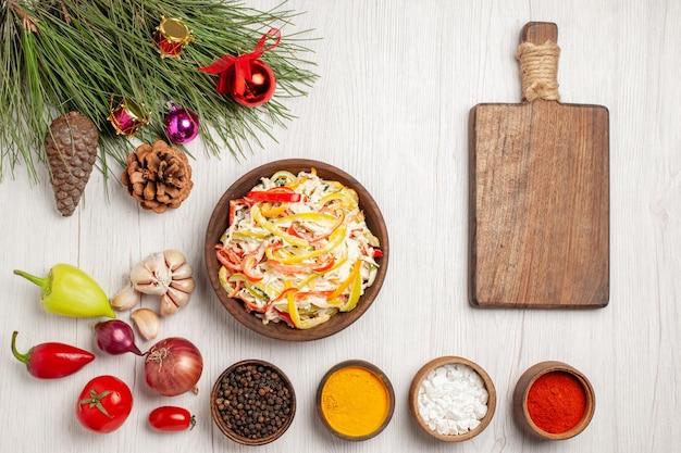 흰색 책상 스낵 고기 신선한 샐러드 식사에 조미료와 상위 뷰 신선한 치킨 샐러드