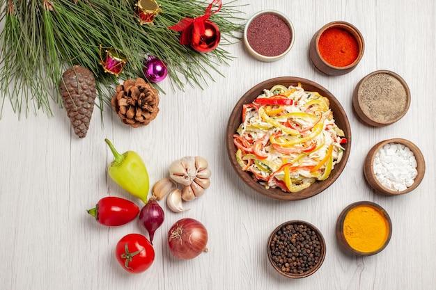 上面図白い床に調味料を入れたフレッシュチキンサラダスナックミールミートフレッシュサラダ