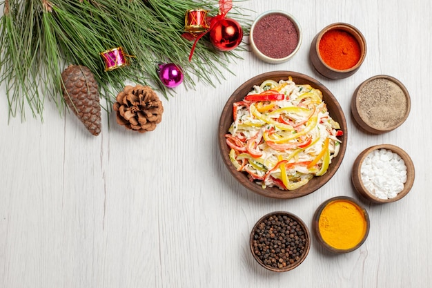 上面図白い床に調味料を入れたフレッシュチキンサラダスナック熟した食事肉フレッシュサラダ