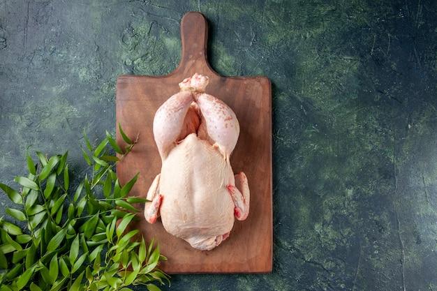 진한 파란색 표면에 녹색 잎이 있는 상위 뷰 신선한 닭고기