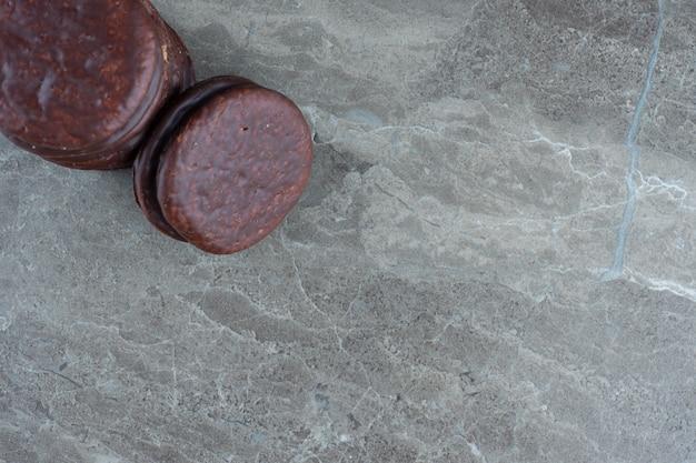 Vista dall'alto di biscotti al cioccolato fresco su grigio.