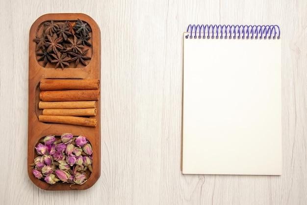 흰색 책상 꽃 식물 색 나무에 꽃과 상위 뷰 신선한 계피