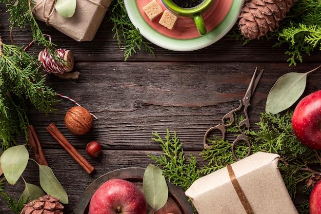 テーブルの上の新鮮なコーヒーとフルーツのトップビュー