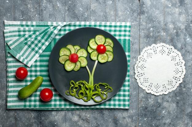 素朴な灰色の空間に新鮮なキュウリの花がデザインしたサラダの上面図