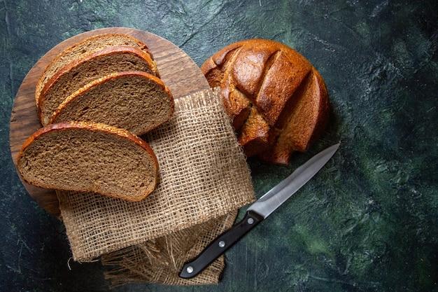 어두운 책상에 상위 뷰 신선한 어두운 빵
