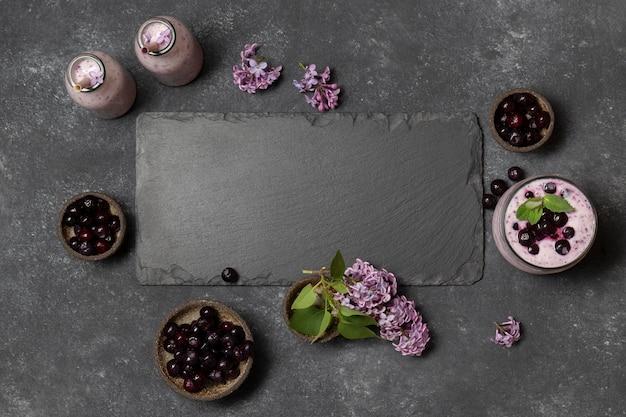 Bevande fresche vista dall'alto con ciliegie e giacinti