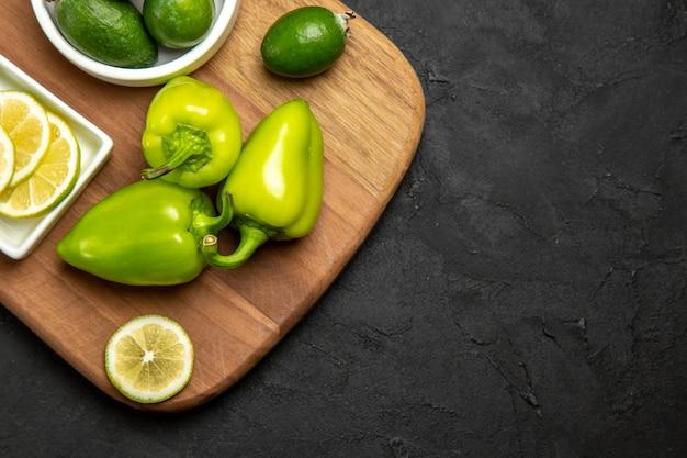 어두운 표면 과일 감귤류 식물 식사에 녹색 종 고추와 레몬 상위 뷰 신선한 feijoa