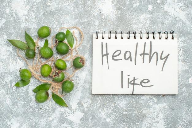 灰色の表面のメモ帳に書かれた上面図新鮮なfeykhoas健康的な生活