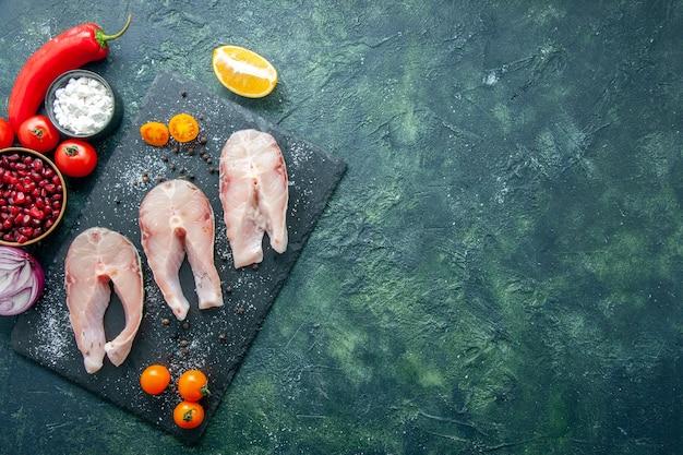 Vista dall'alto di fette di pesce fresco su sfondo scuro piatto insalata di frutti di mare carne di mare pepe di mare cibo acqua pasto