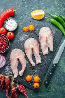 Vista dall'alto di fette di pesce fresco sulla tavola scura piatto insalata di frutti di mare oceano mare pepe cibo acqua pasto