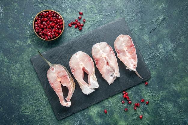 暗い背景の上のビュー新鮮な魚のスライス肉シーフード海シーフード食事皿原水