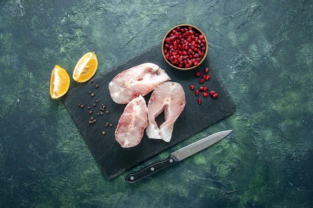 暗い背景の新鮮な魚のスライスの上面図肉シーフード海食食品海胡椒水生