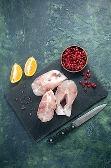 暗いテーブルの上のビュー新鮮な魚のスライス海の肉シーフード海の食事料理食品水生