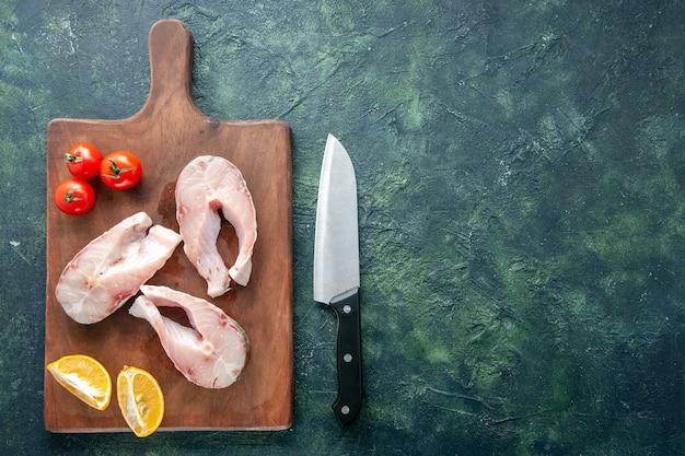 어두운 배경에 나무 책상에 상위 뷰 신선한 생선 조각 해산물 바다 고기 바다 식사 물 후추 요리 음식 무료 장소