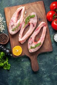 어두운 배경에 채소와 토마토와 상위 뷰 신선한 생선 조각