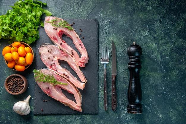 진한 파란색 배경에 금귤과 상위 뷰 신선한 생선 조각