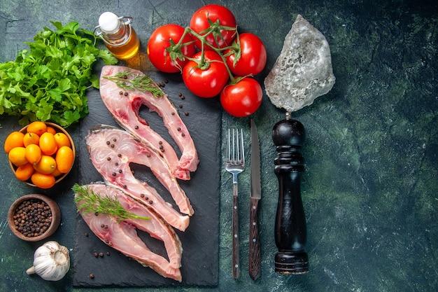 紺色の背景にキンカンと新鮮な魚のスライスの上面図