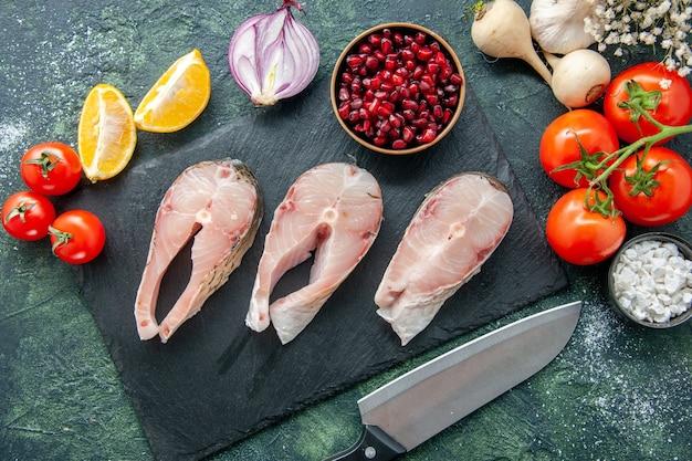 Vista dall'alto fette di pesce fresco con pomodori rossi su superficie scura frutti di mare oceano carne mare farina acqua pepe cibo insalata