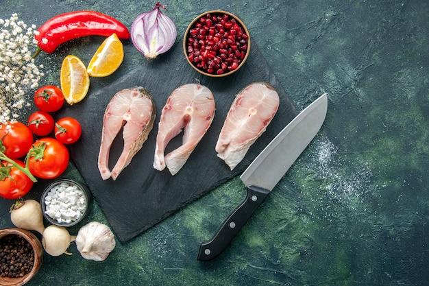 어두운 배경에 빨간 토마토와 상위 뷰 신선한 생선 조각 해산물 바다 바다 식사 요리 음식 샐러드 물 후추