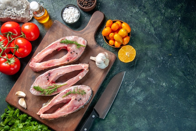 紺色の背景にトマトと新鮮な魚のスライスの上面図