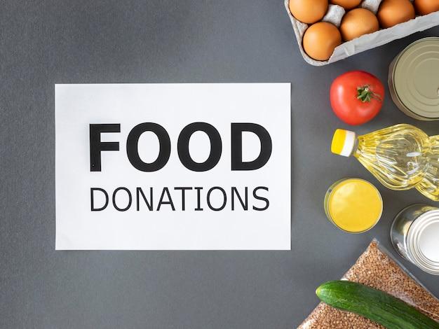 Vista dall'alto di cibo fresco per la donazione