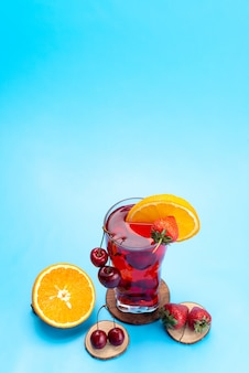 Un cocktail di frutta fresca con vista dall'alto con fette di frutta fresca che si raffredda sul blu, colore della frutta del cocktail del succo della bevanda