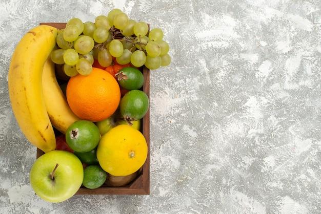 上面図新鮮な果物の組成バナナブドウと白い背景のフェイジョアフルーツまろやかなビタミン健康新鮮