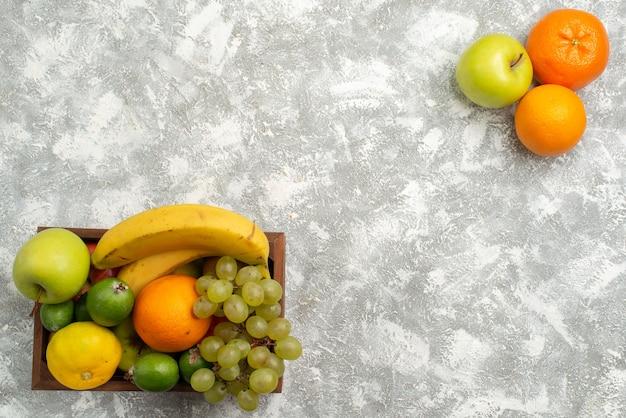上面図新鮮な果物の組成バナナブドウと白い背景のフェイジョア果物熟したまろやかなビタミン健康新鮮