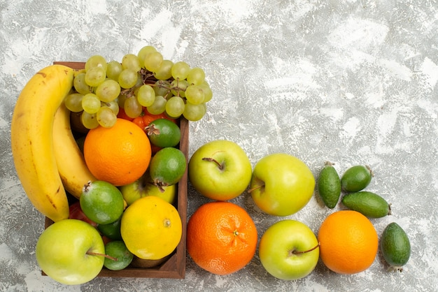 上面図新鮮な果物の組成バナナブドウと白い背景のフェイジョア果物まろやかなビタミン健康新鮮